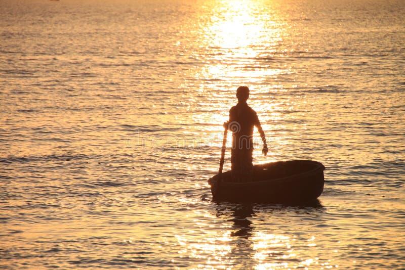 Pêcheur dans le coucher du soleil images libres de droits