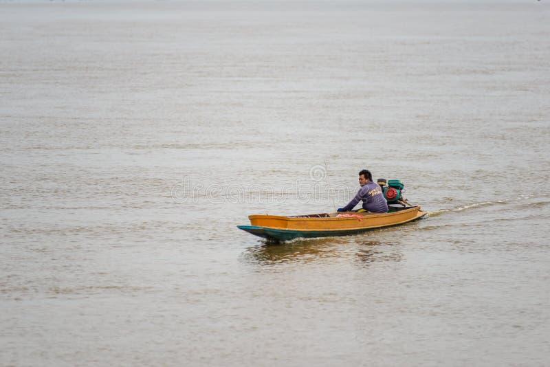 Pêcheur de la vie et bateau de pêche asiatiques image stock