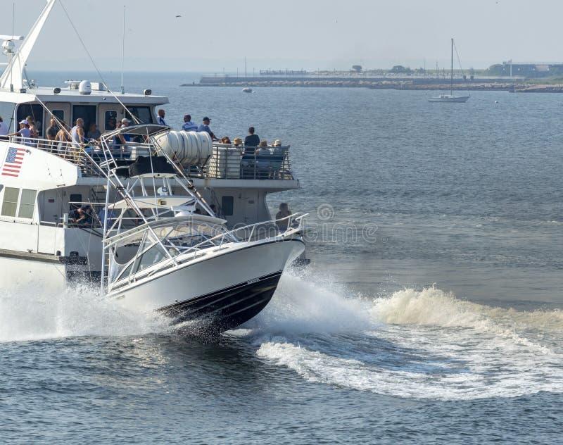 Pêcheur de sport et sillage ultra-rapide de ferry photos libres de droits