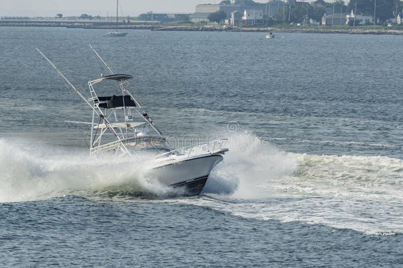Pêcheur de sport heurtant par la vague image stock