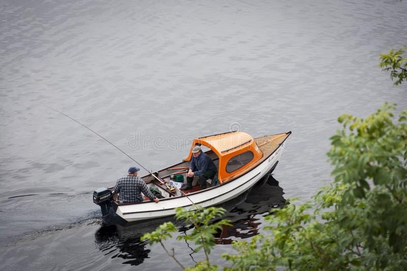 Pêcheur deux dans un bateau dans le Loch Ness, en Ecosse, le Royaume-Uni image libre de droits