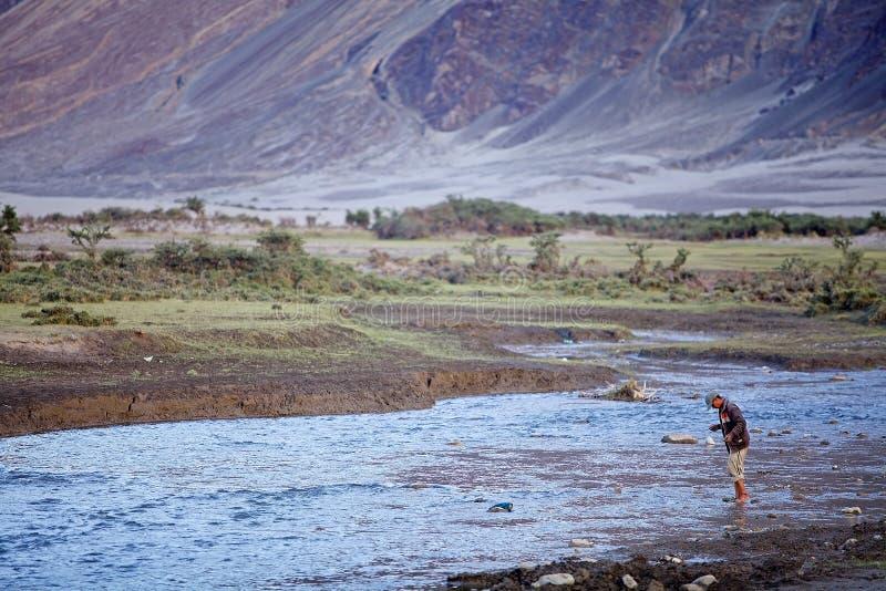 Pêcheur en vallée de Nubra, Ladakh, Inde images libres de droits