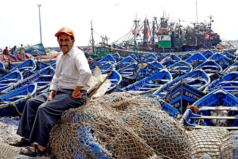 Pêcheur et bateaux de pêche dans le port d'Essaouira photographie stock libre de droits