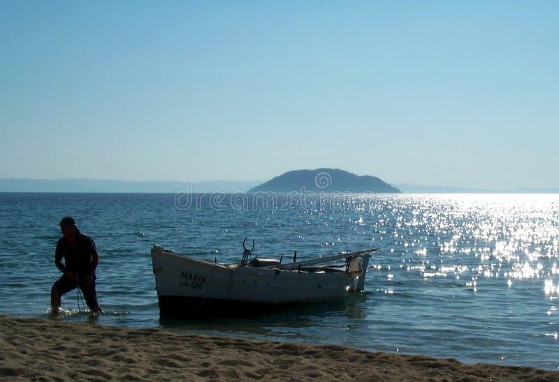 Pêcheur et son bateau photographie stock libre de droits
