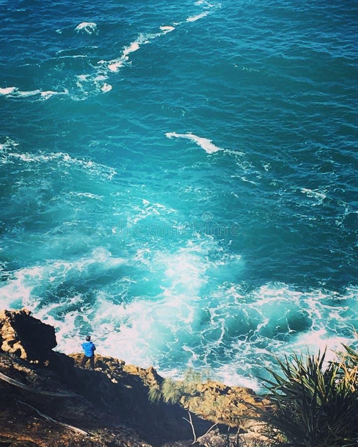 Pêcheur fou sur la falaise image stock