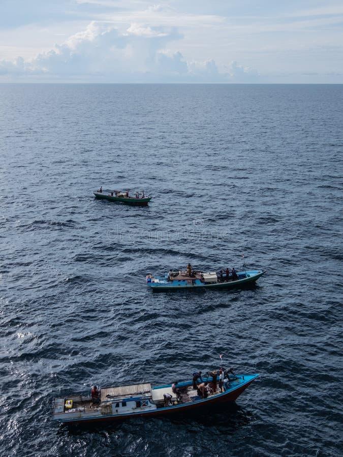 Pêcheur indonésien pêchant en mer de la ville de Balikpapan sur l'île du Bornéo image libre de droits