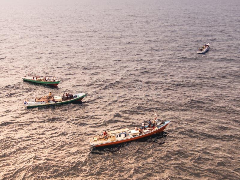Pêcheur indonésien pêchant en mer de la ville de Balikpapan sur l'île du Bornéo photographie stock