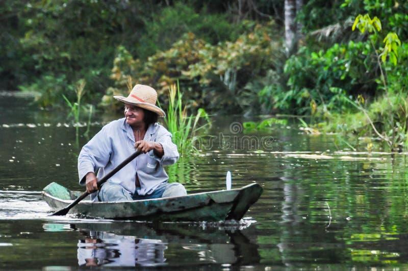 Pêcheur local dans la forêt tropicale d'Amazone, Manaos, Brésil image stock