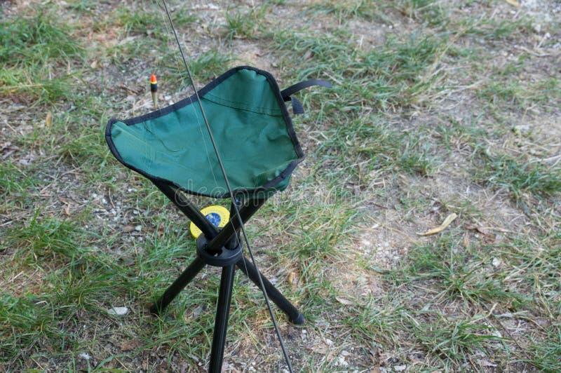 Pêcheur portatif se pliant de shair sur l'herbe verte photos stock