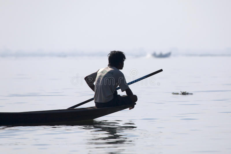 Pêcheur Resting au lac Inle photos stock