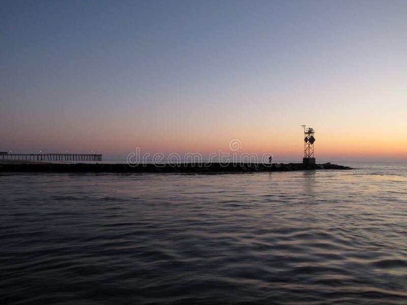 Pêcheur solitaire à la jetée du nord dans la ville le Maryland d'océan en novembre photographie stock libre de droits