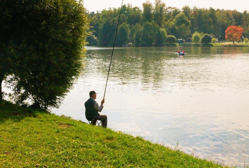 Pêcheur sur l'étang supérieur de Tsaritsyno photo stock