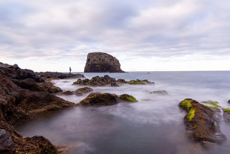 Pêcheur sur la côte de l'Océan Atlantique, île de la Madère, Portugal photographie stock libre de droits