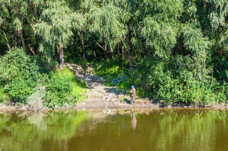 Pêcheur sur la rivière de Desna photos libres de droits