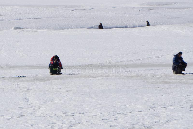 Pêcheur sur le lac de blanc de la Volga volga photos libres de droits