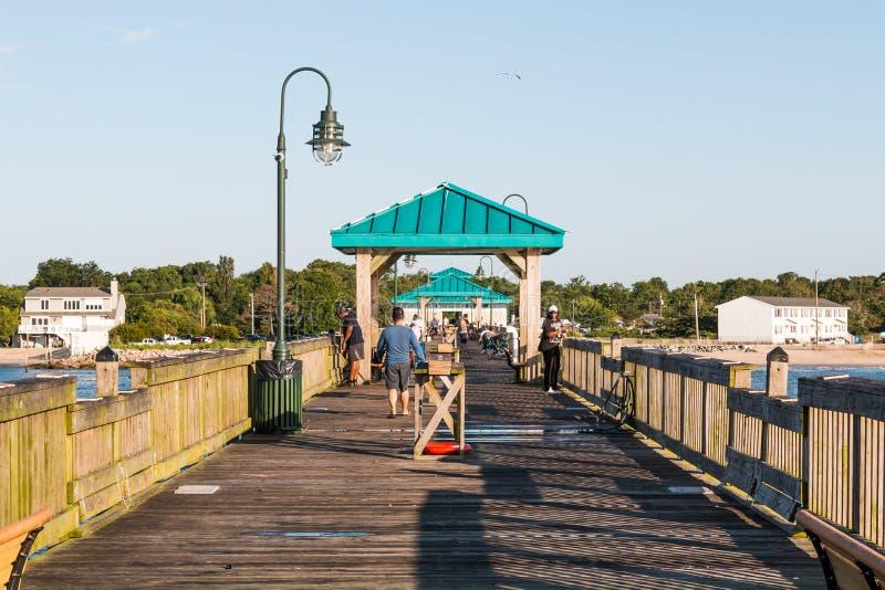 Pêcheur sur le pilier de pêche de plage de Buckroe à Hampton, VA photos libres de droits