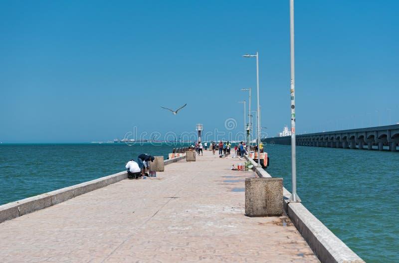 Pêcheur sur le quai de fishermans dans le progreso, muelle de pescado photographie stock