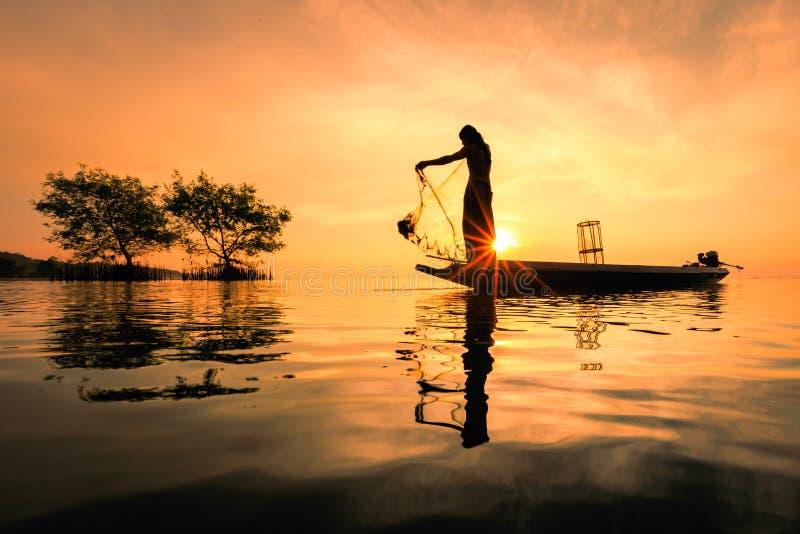 Pêcheur thaïlandais avec le filet dans l'action image libre de droits