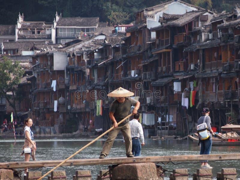 Pêcheur traditionnel dans Fenghuang antique photos stock