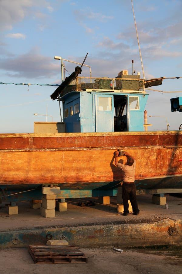 Pêcheur travaillant à son bateau image libre de droits