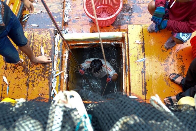 Pêcheur travaillant au bateau photographie stock