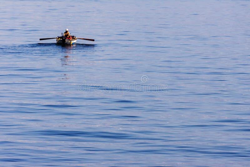 Pêcheur turc seul sur la mer d'Izmir photographie stock libre de droits