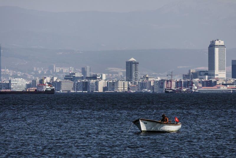 Pêcheur turc seul sur la mer d'Izmir photos libres de droits
