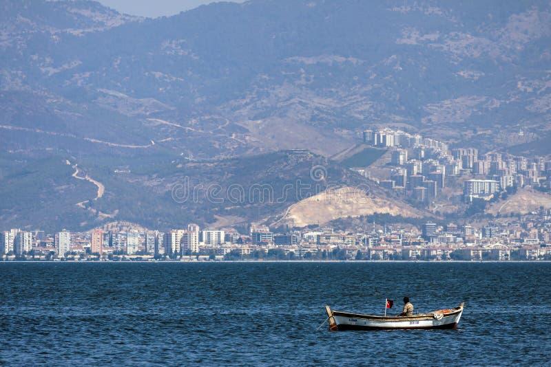 Pêcheur turc seul sur la mer d'Izmir images stock