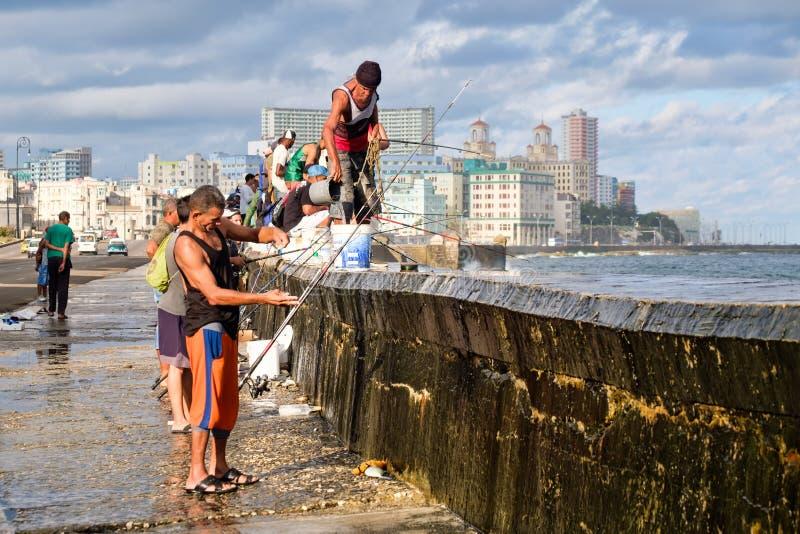 Pêcheurs à la digue célèbre de Malecon à La Havane avec vue sur l'horizon de ville photo libre de droits