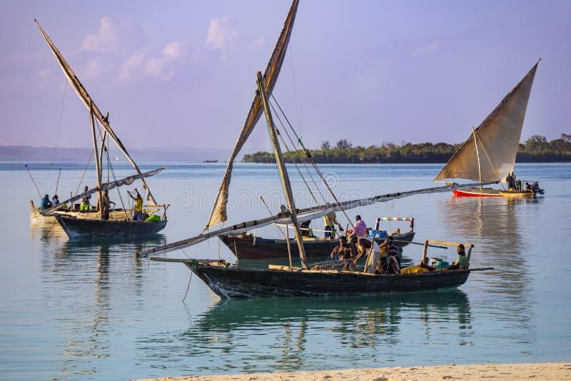Pêcheurs africains sur le bateau Côte d'île de Zanzibar photo stock