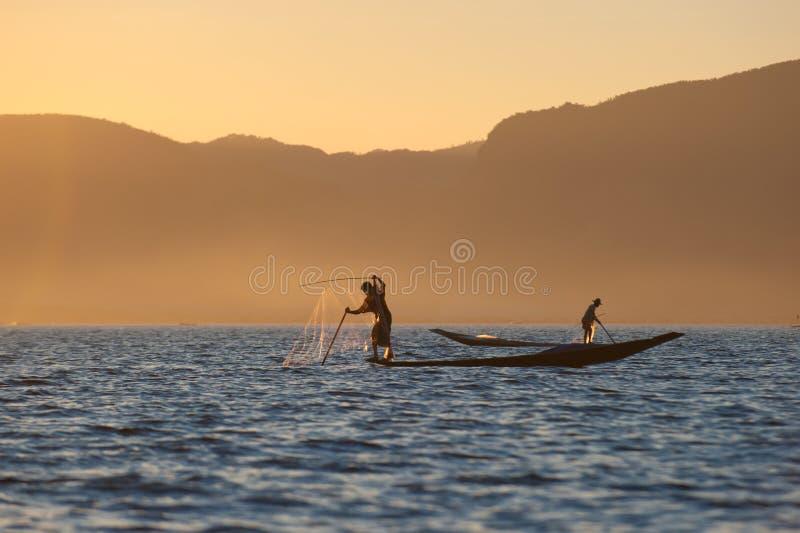 Pêcheurs au lac Inle, Myanmar photos stock