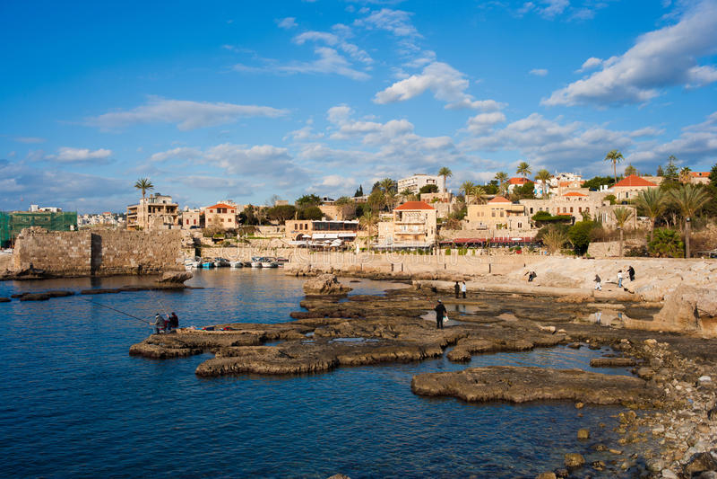 Pêcheurs au port antique de Byblos image stock