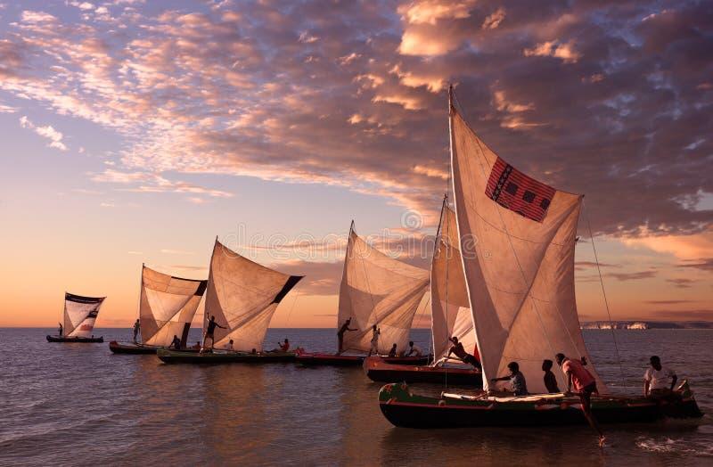 Pêcheurs avec les pirogues traditionnelles, Madagascar photographie stock