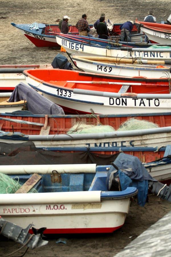 Pêcheurs bussy inspectant leurs bateaux photos libres de droits