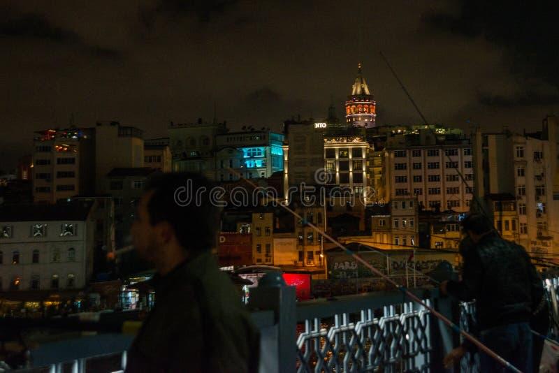 Pêcheurs d'Istanbul, Turquie sur le pont de Galata Secteur de Galata ou de Beyoglu d'Istanbul la nuit, Turquie C'est un des princ images stock