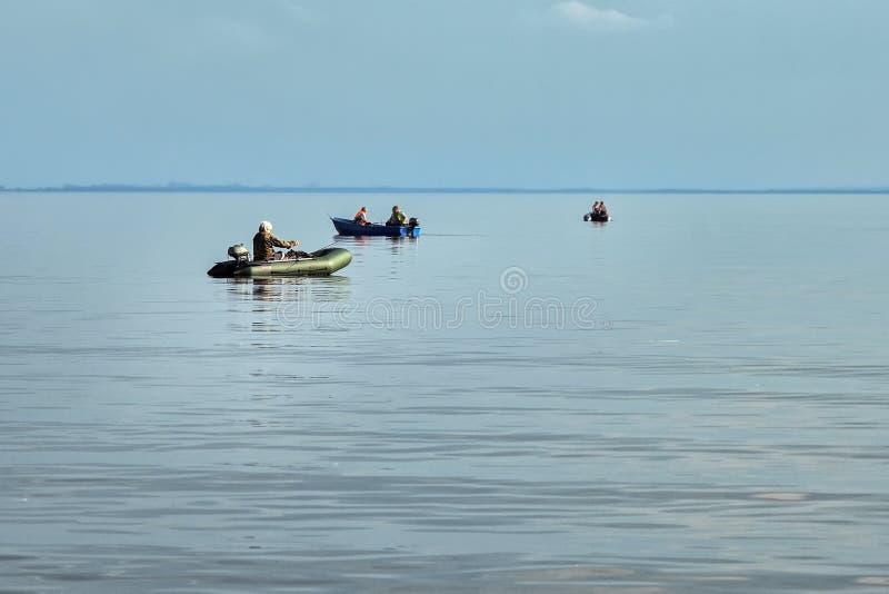 Pêcheurs dans des canots en caoutchouc image libre de droits