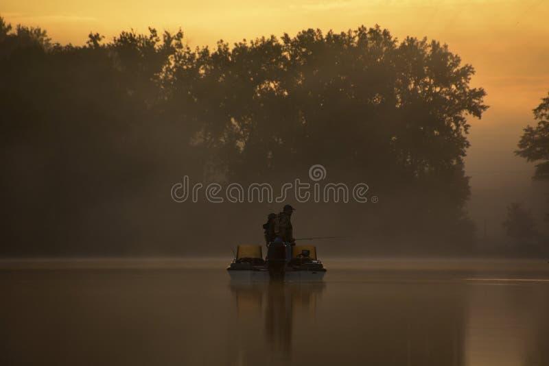 Pêcheurs dans le brouillard de matin image stock