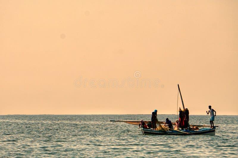 Pêcheurs dans le karkennah photographie stock