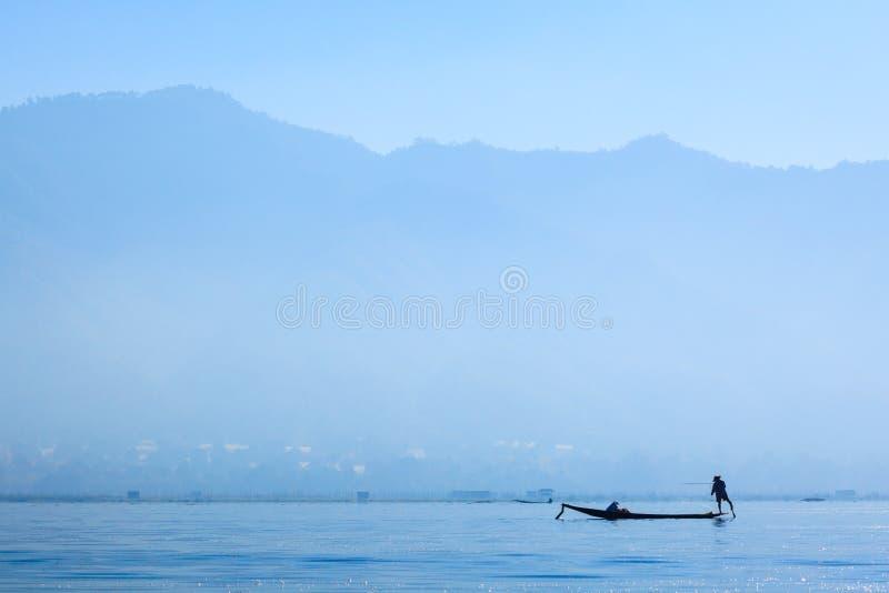 Pêcheurs dans le lac Inle au lever de soleil, Shan State, Myanmar images stock