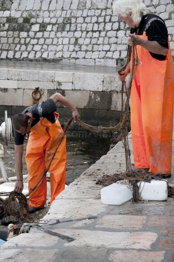 Pêcheurs dans le port de Dubrovnic en Croatie l'Europe image libre de droits