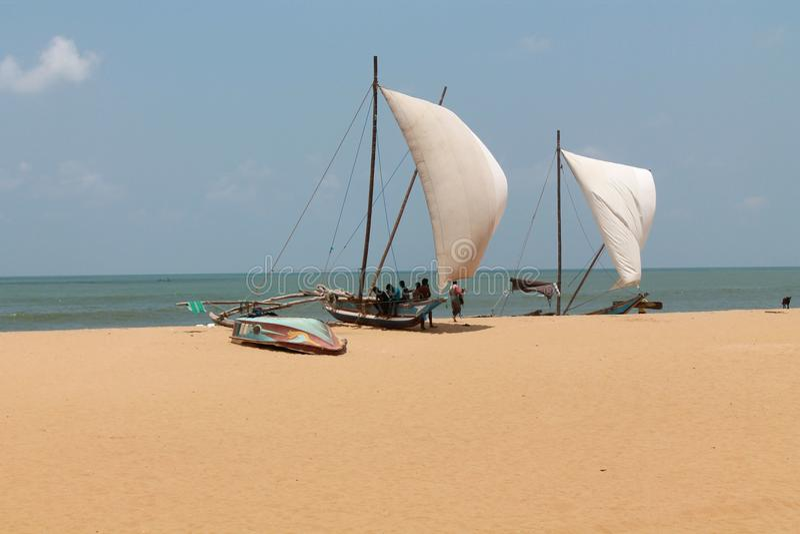 Pêcheurs et bateaux image stock