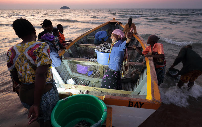 Pêcheurs et femmes du marché, Malawi image libre de droits