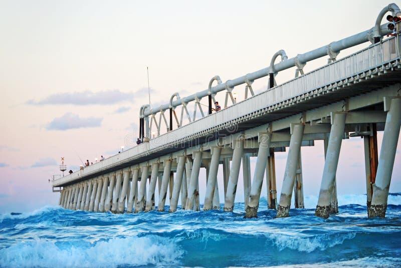 Pêcheurs pêchant dans le bel océan de la broche, la Gold Coast, Australie images stock