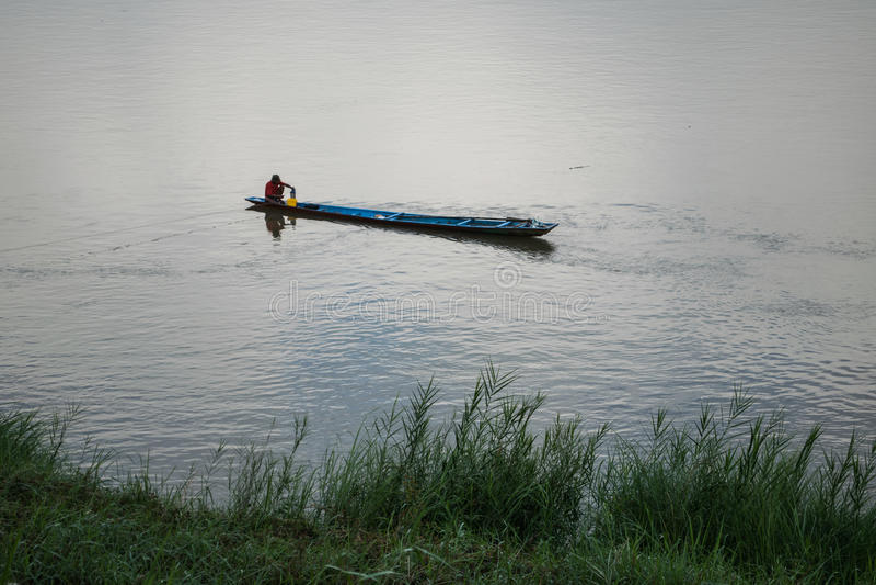 Pêcheurs pêchant la rivière image stock