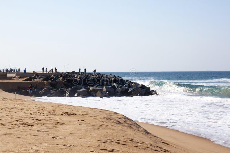 Pêcheurs pêchant outre du pilier à la lagune bleue, Durban, Afrique du Sud image stock
