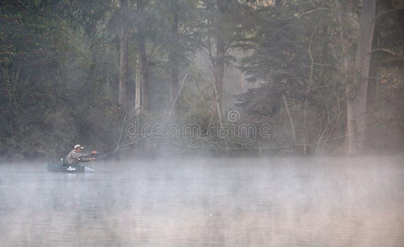 Pêcheurs pêchant sur un lac images stock