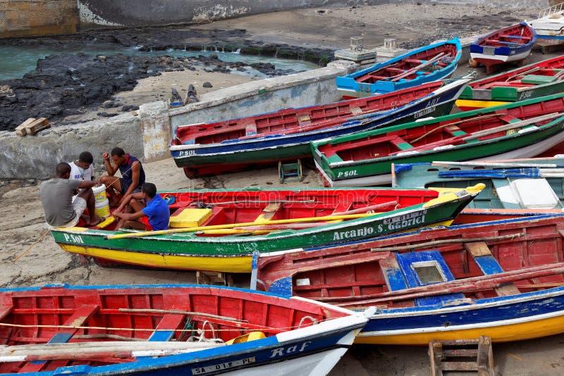 Pêcheurs s'asseyant sur l'île de Santo Antao de bateaux de pêche, Cap Vert images stock