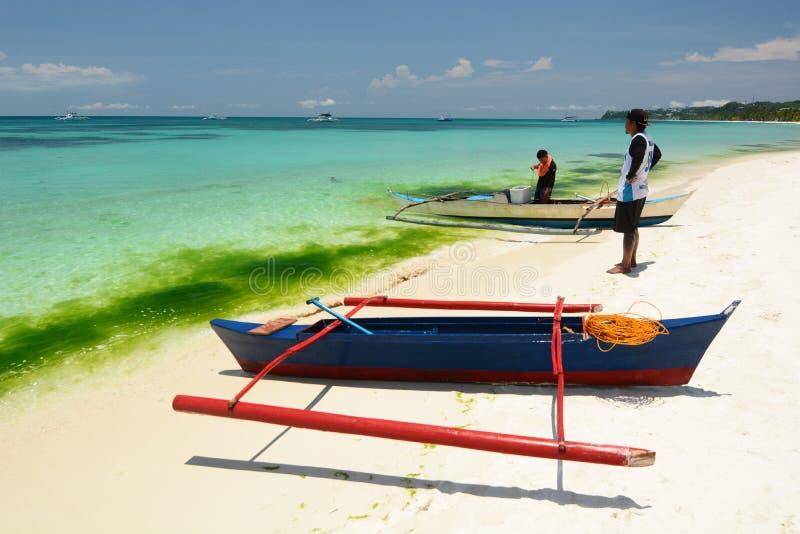Pêcheurs sur la plage de White Boracay Aklan Visayas de l'Ouest Philippines photos stock