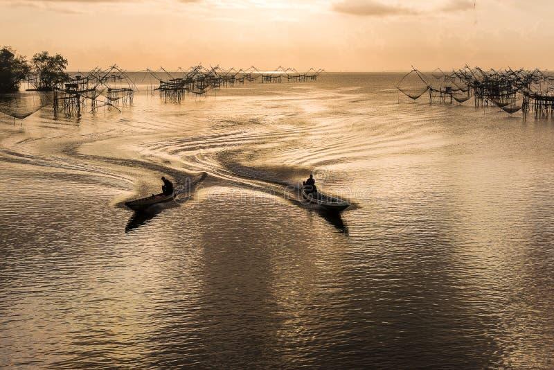 pêcheurs sur le bateau à leur filet de pêche pendant le matin pour commencer le travail image libre de droits