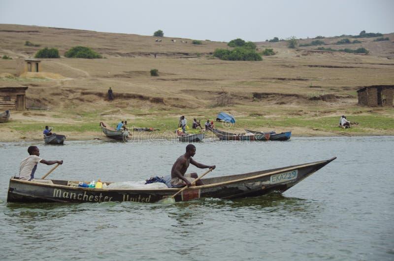 Pêcheurs sur le rivage de la Manche de Kazinga image stock